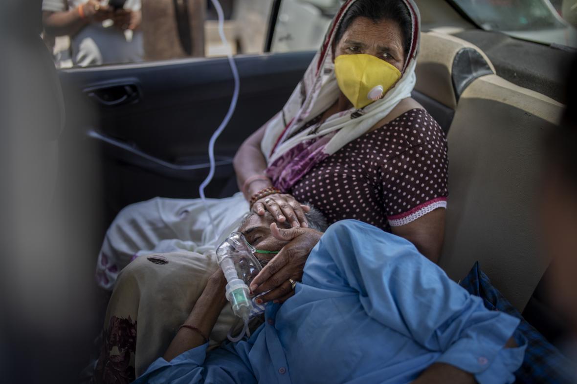 Nakažený pacient vdechuje kyslík v autě poblíž Dillí