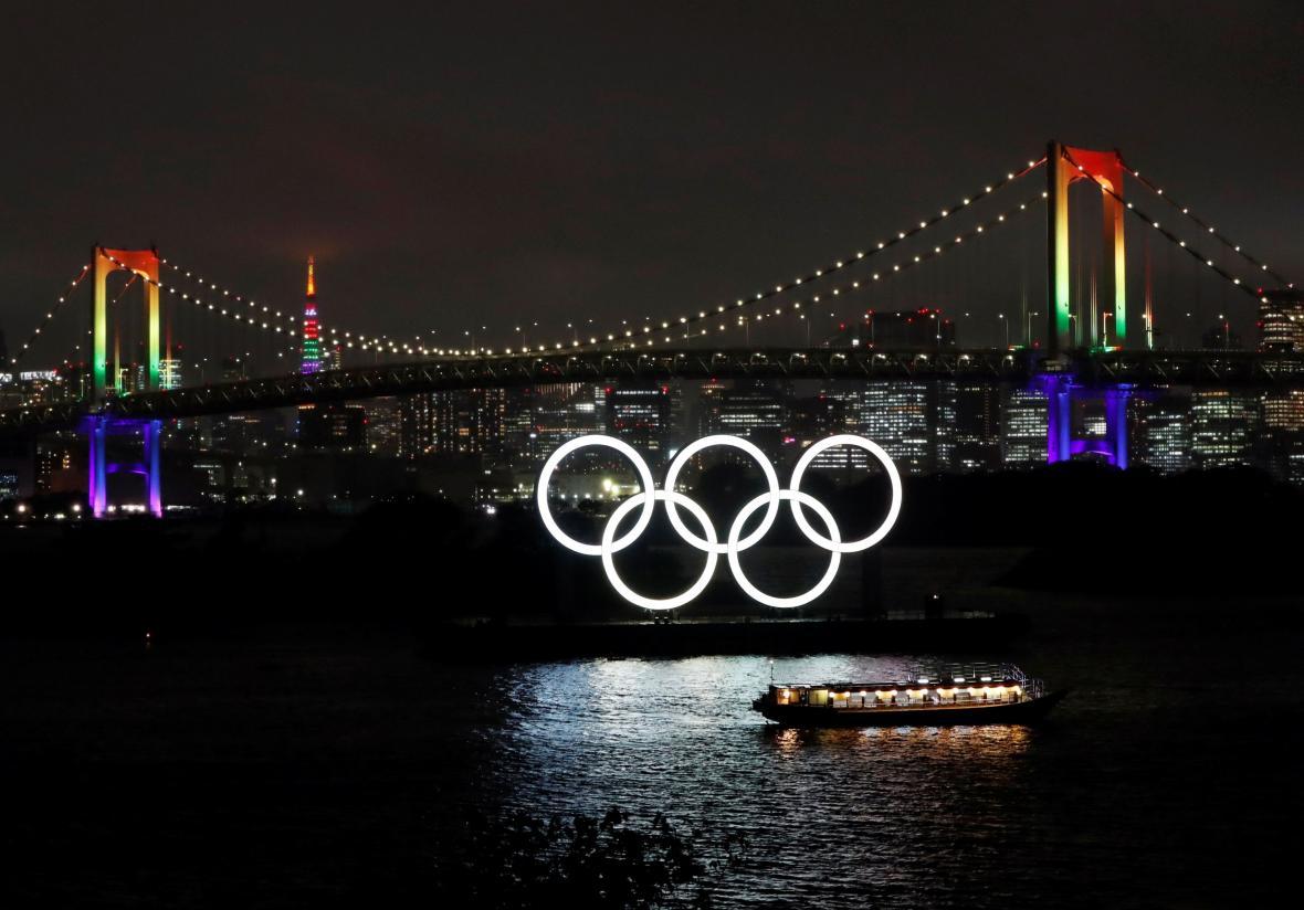 Duhové nasvícení mostu odstartovalo odpočet sto dní do her.