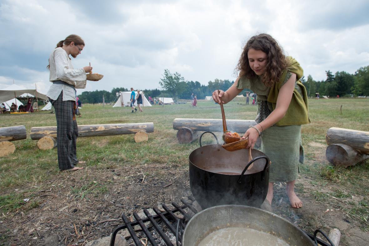 Keltové slavící v archeoskanzenu Nasavrky. Součástí svátku bývá častokrát jídlo i pití (ilustrační foto)
