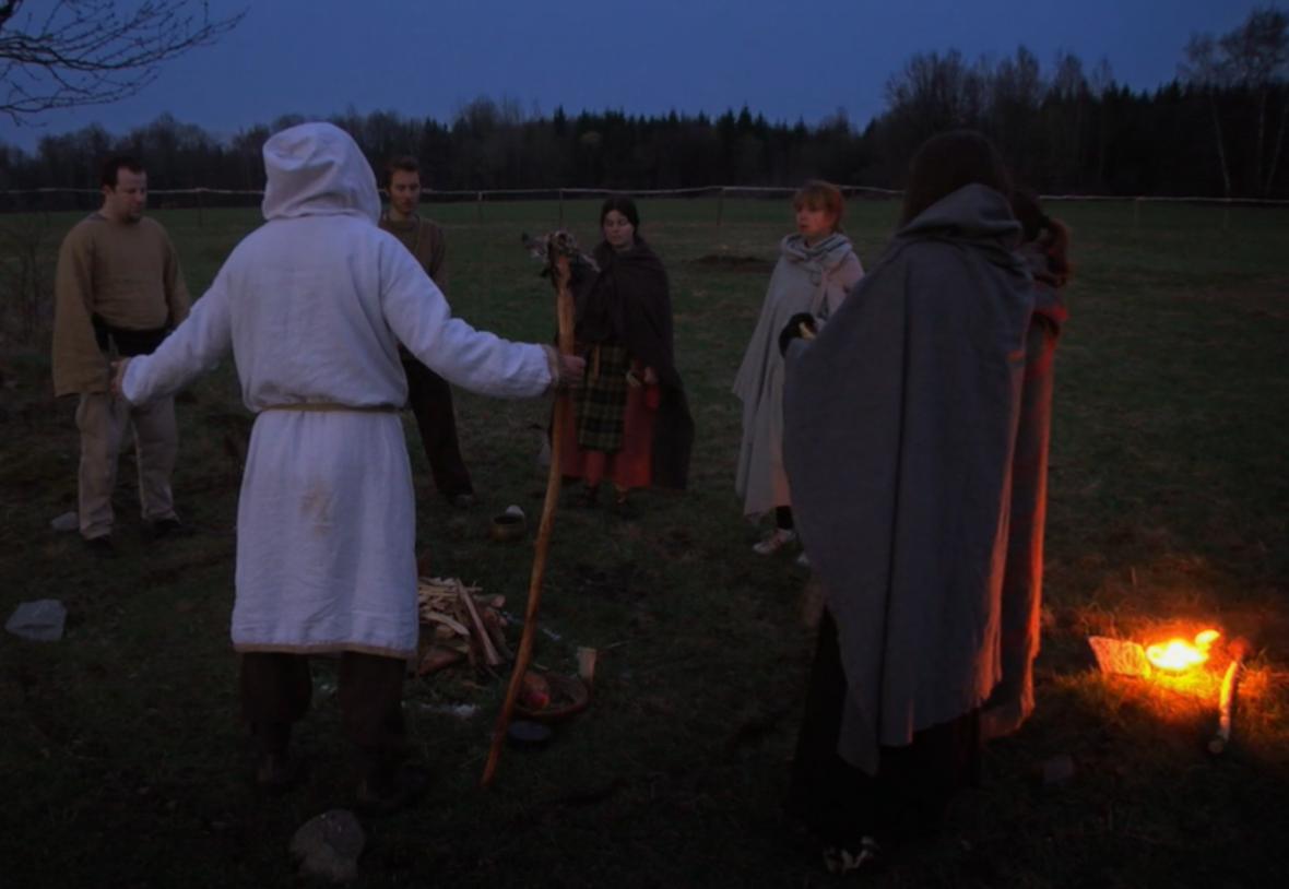 Účastníci svátku Beltain stojí v kruhu