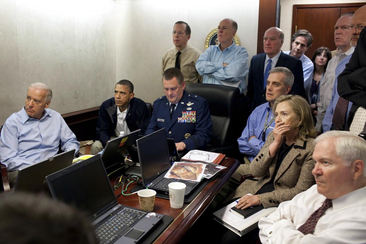 Špičky americké administrativy sledují operaci, během které se podařilo dopadnout a zabít bin Ládina