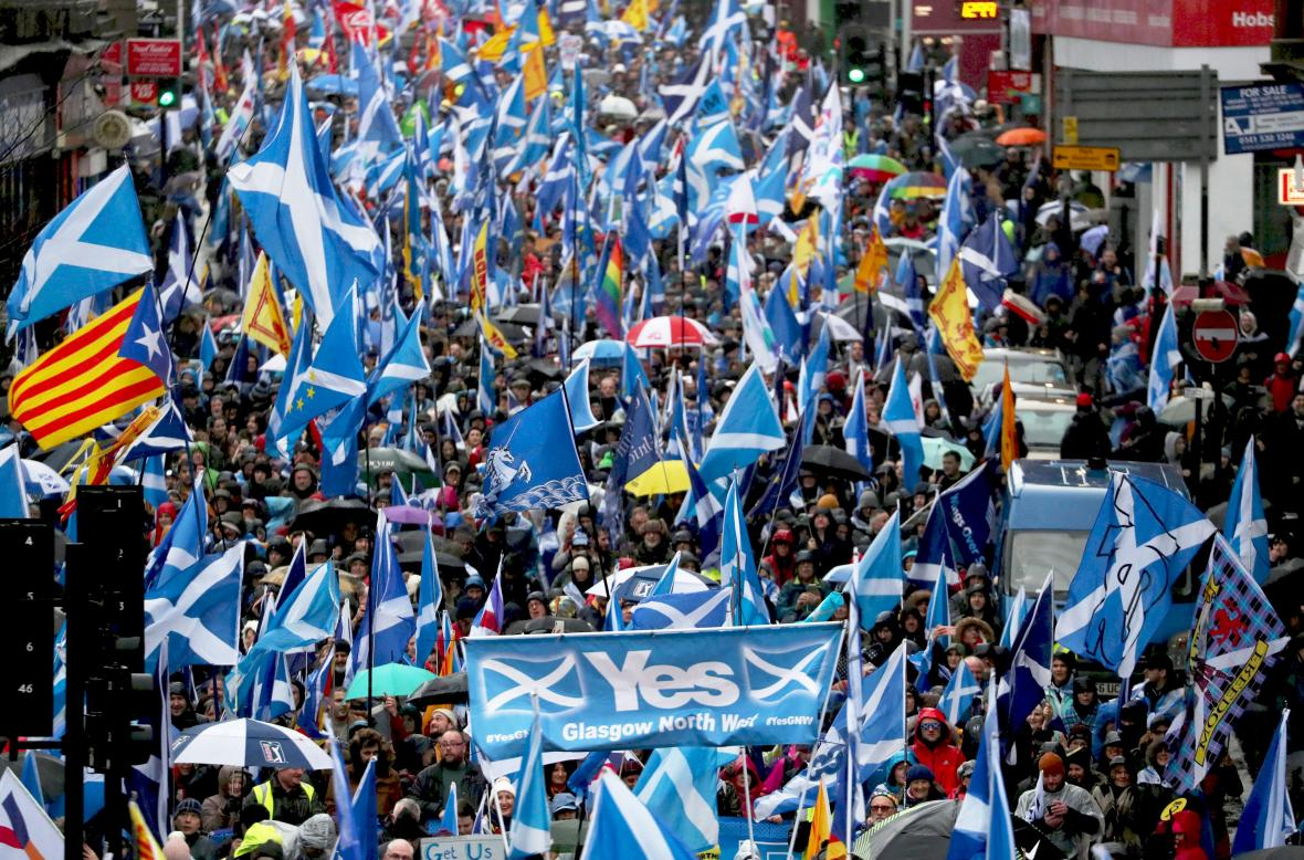 Pochod příznivců skotské nezávislosti v Glasgow v lednu 2020