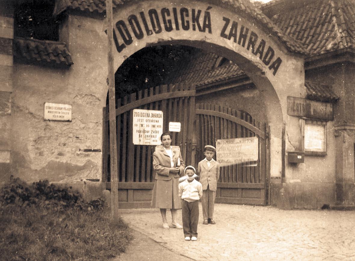 Vstupní brána do areálu (rok 1958)