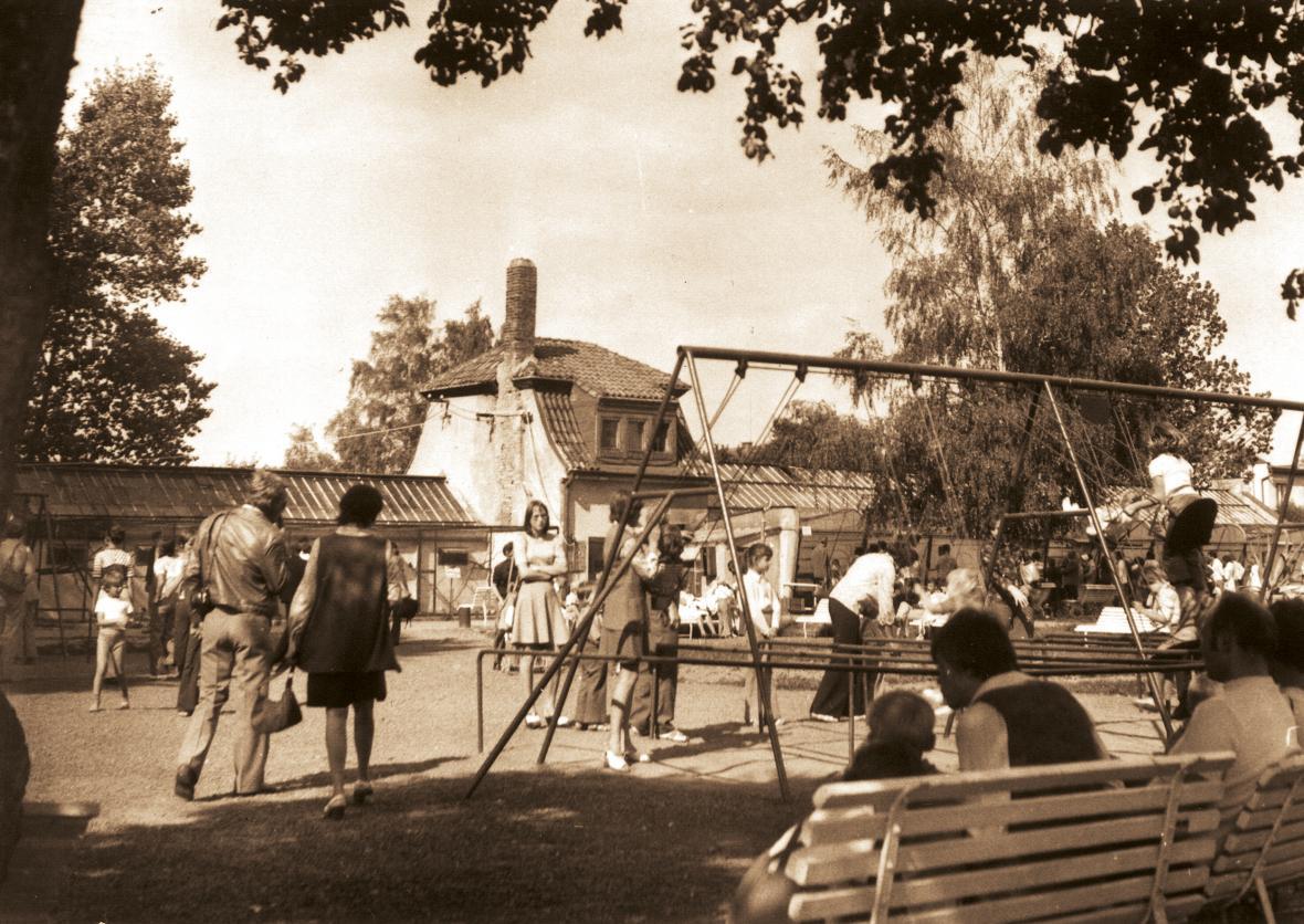 Dětský koutek před pavilony ptáků a opic (rok 1978)