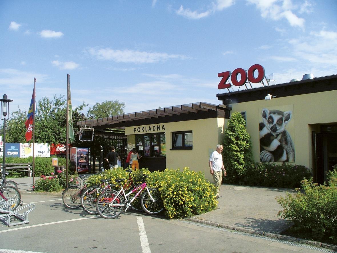 Vstup do zoo je dnes vedle restaurace Safari pivovar (rok 1999)
