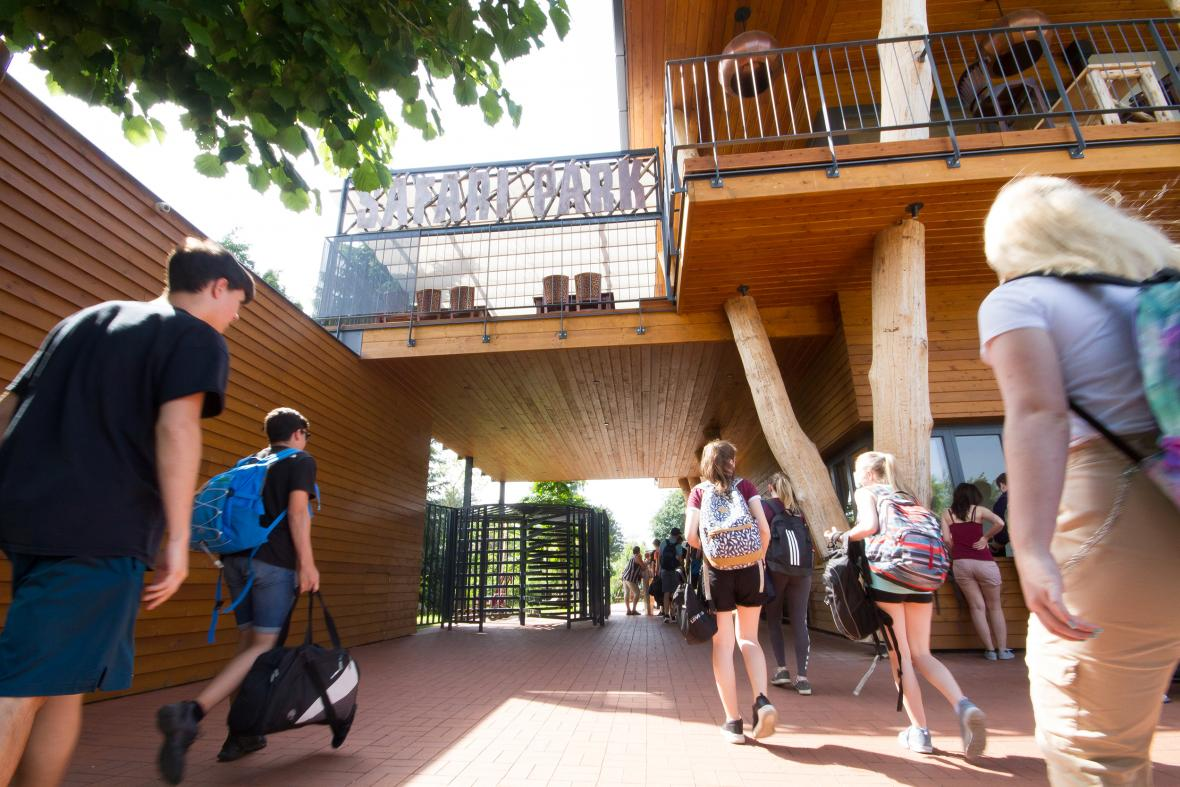 Návštěvníci u vchodu do safari parku