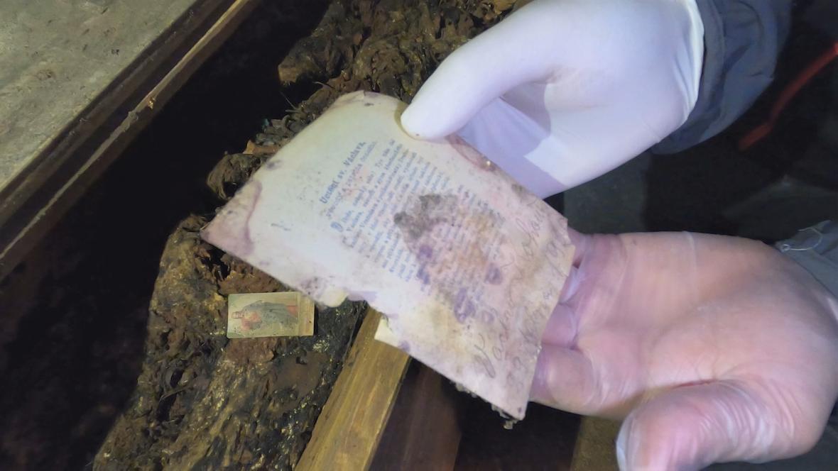 V hrobce objevil archeolog hned dva vzkazy