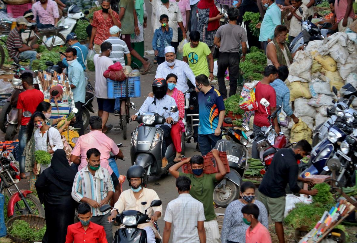 Lidé na tržišti v Bombaji