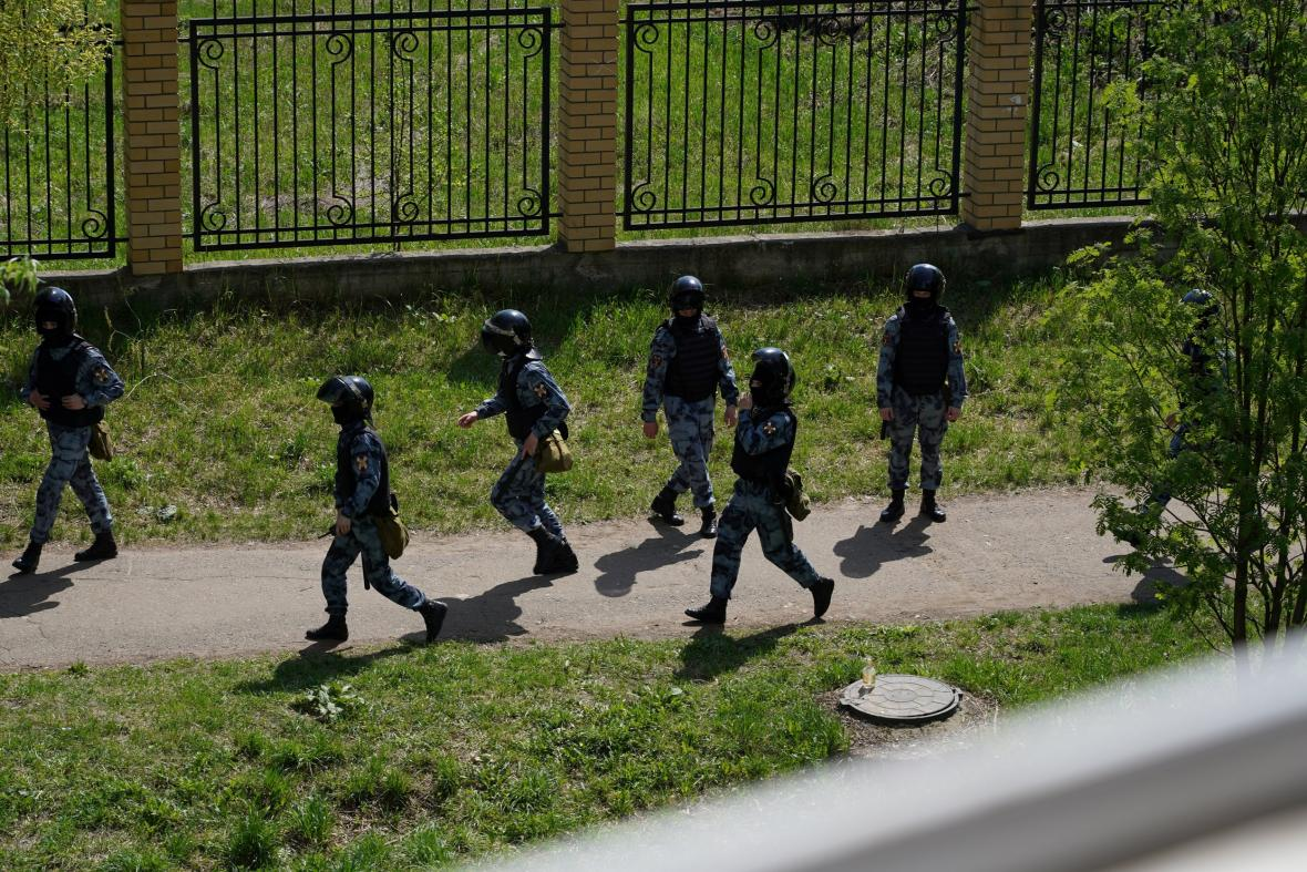 Zásahová jednotka během incidentu v Kazani