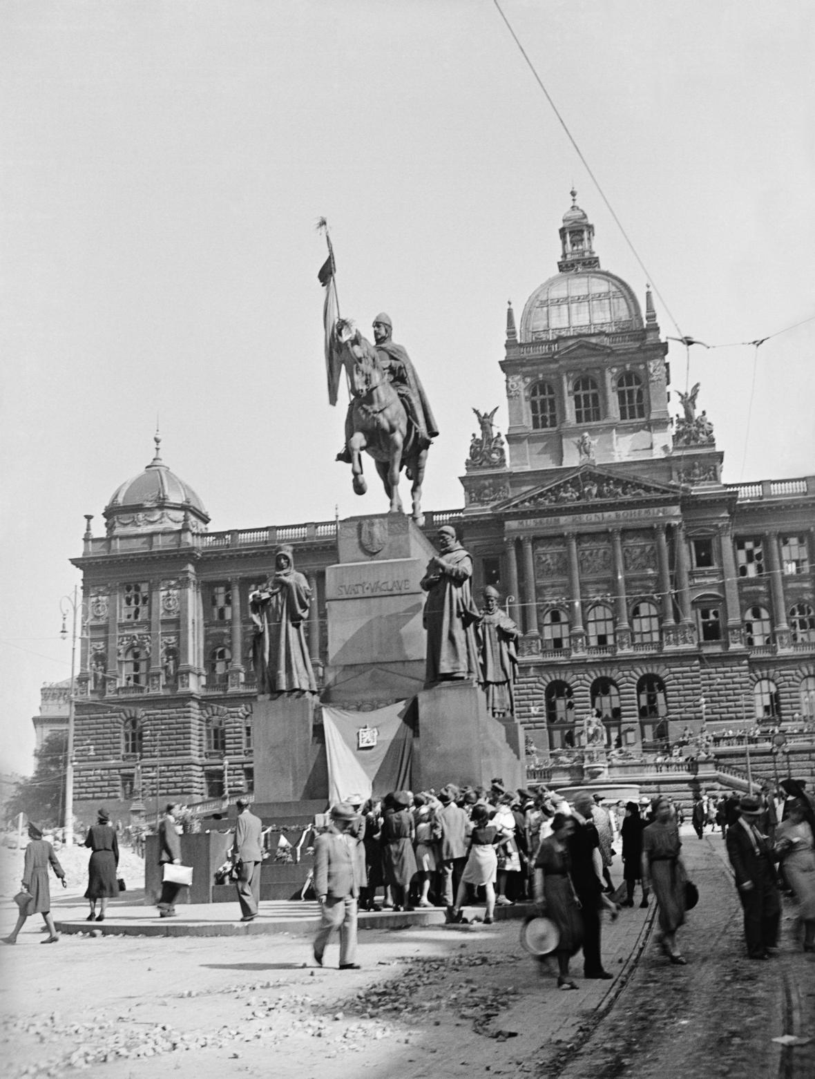 Socha sv. Václava před budovou Národního muzea