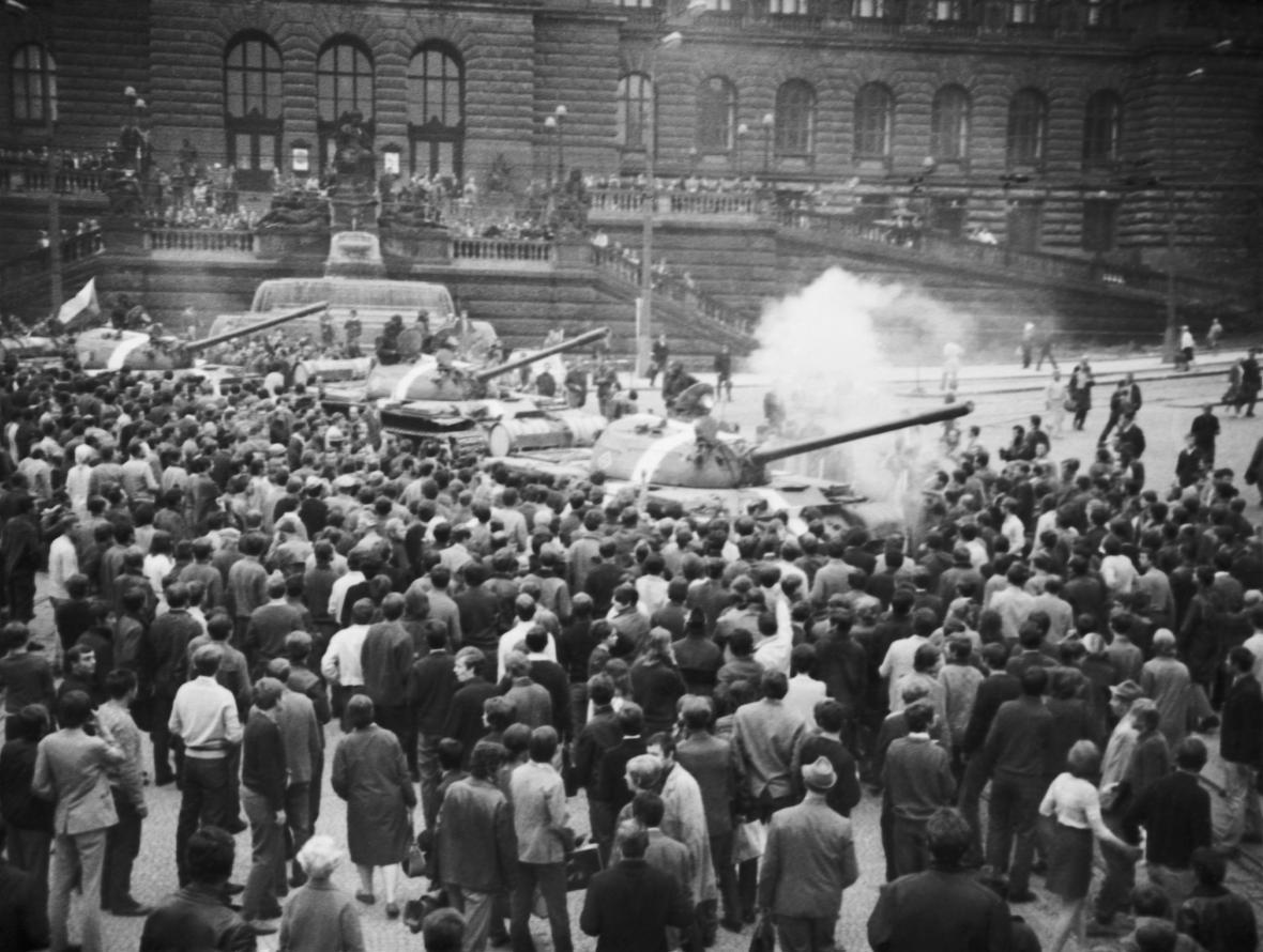 Tanky vojsk Varšavské smlouvy před budovou Národního muzea (pořízeno 21. srpna 1968)