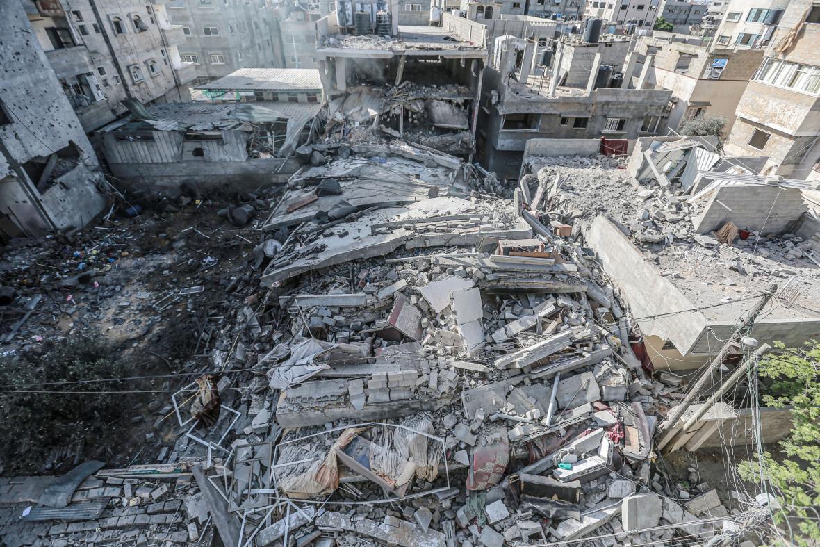 Pohled na zborcenou obytnou budovu v Gaze po náletu