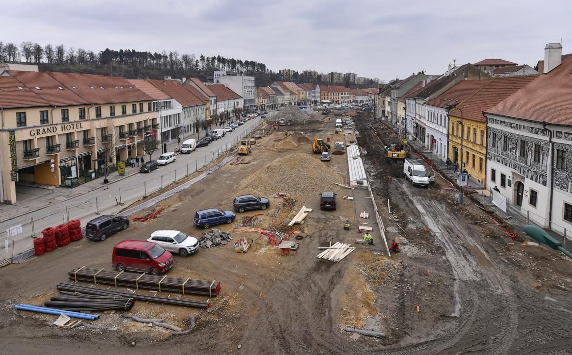 Kvůli rekonstrukci náměstí některé podniky nemohou postavit zahrádky