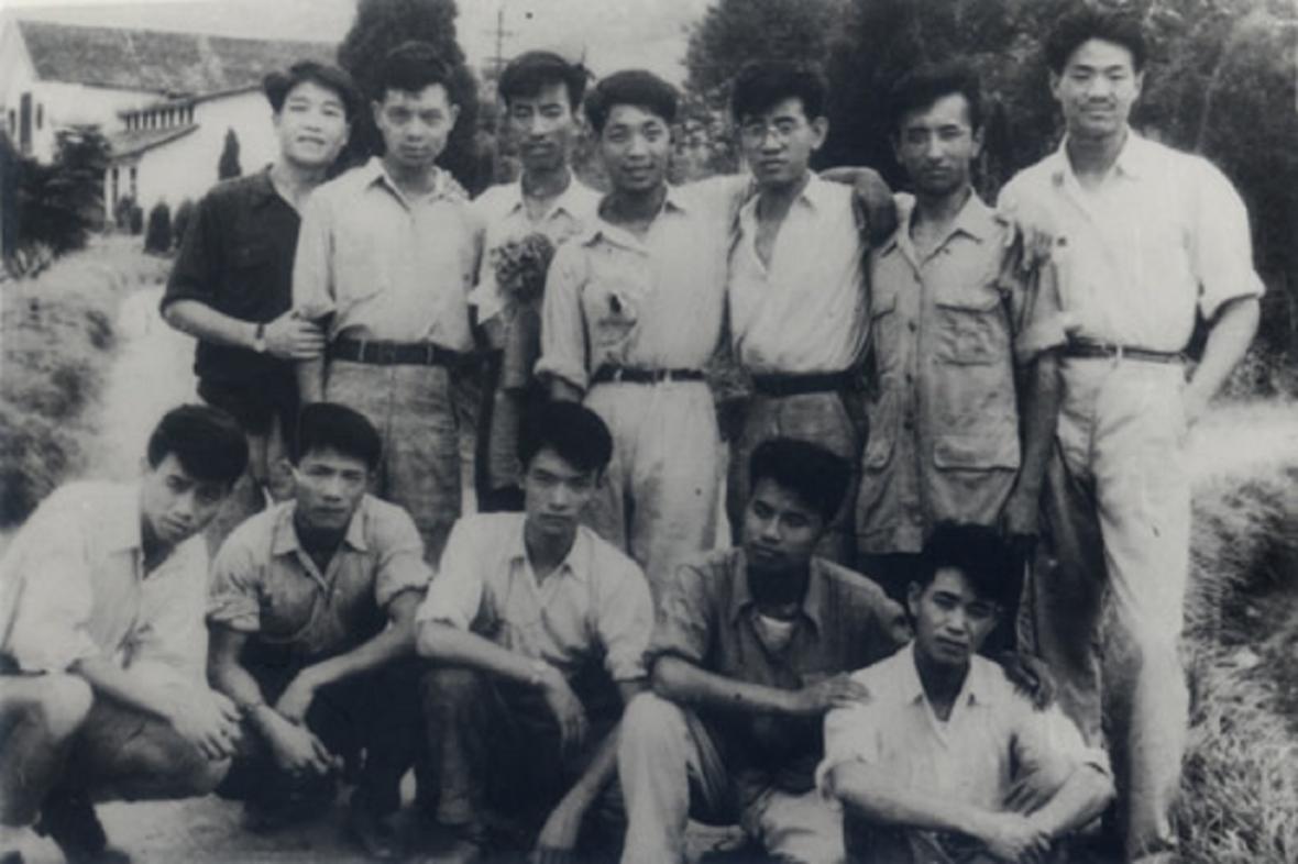 Jüan Lung-pching (v zadní řadě, třetí zleva)