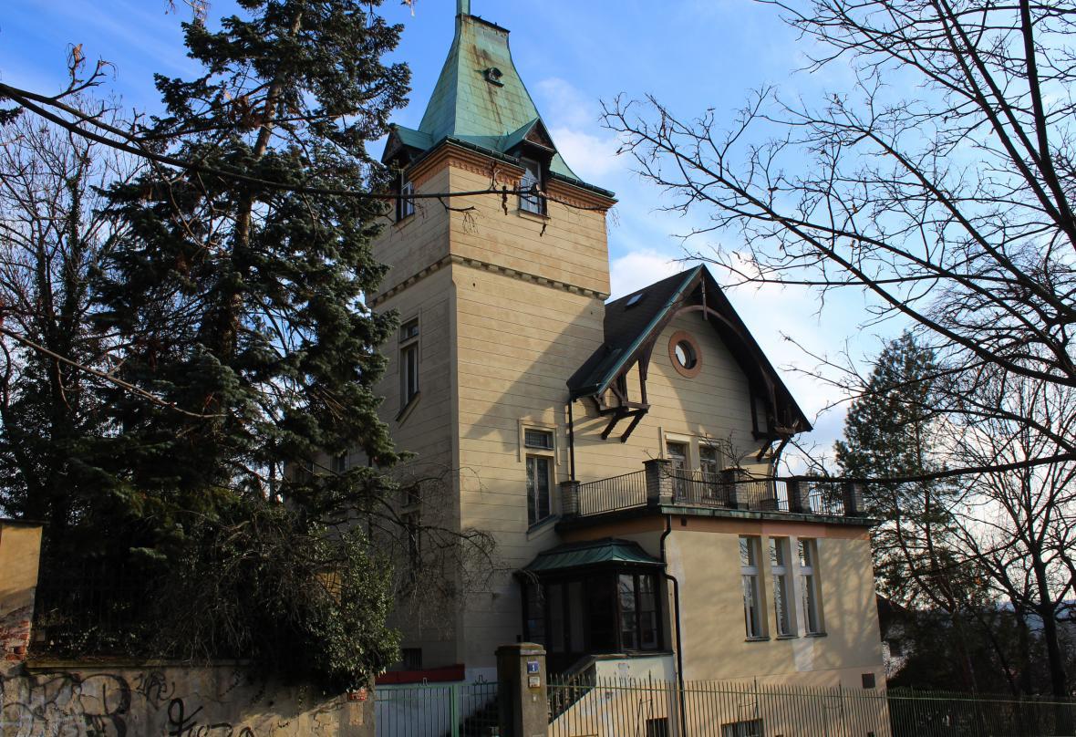 Kolbenova vila na pražských Vinohradech na smínku z 25.1.2021. Původní barva vily byla červená, proto nesla dříve název Červená vila