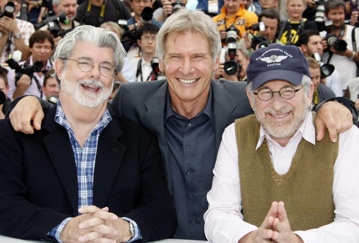 Snímek z roku 2008, zleva: producent filmu George Lucas, představitel hlavní role Harrison Ford a režisér Steven Spielberg