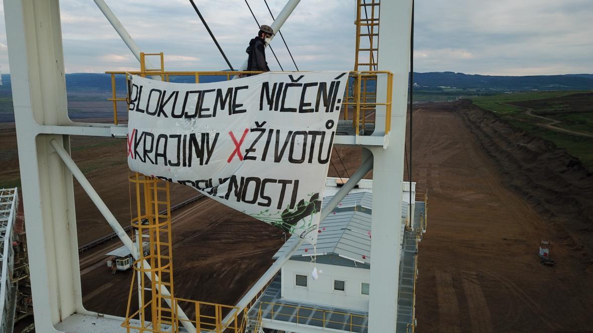 Obsazení rypadel aktivisty zastavilo těžbu