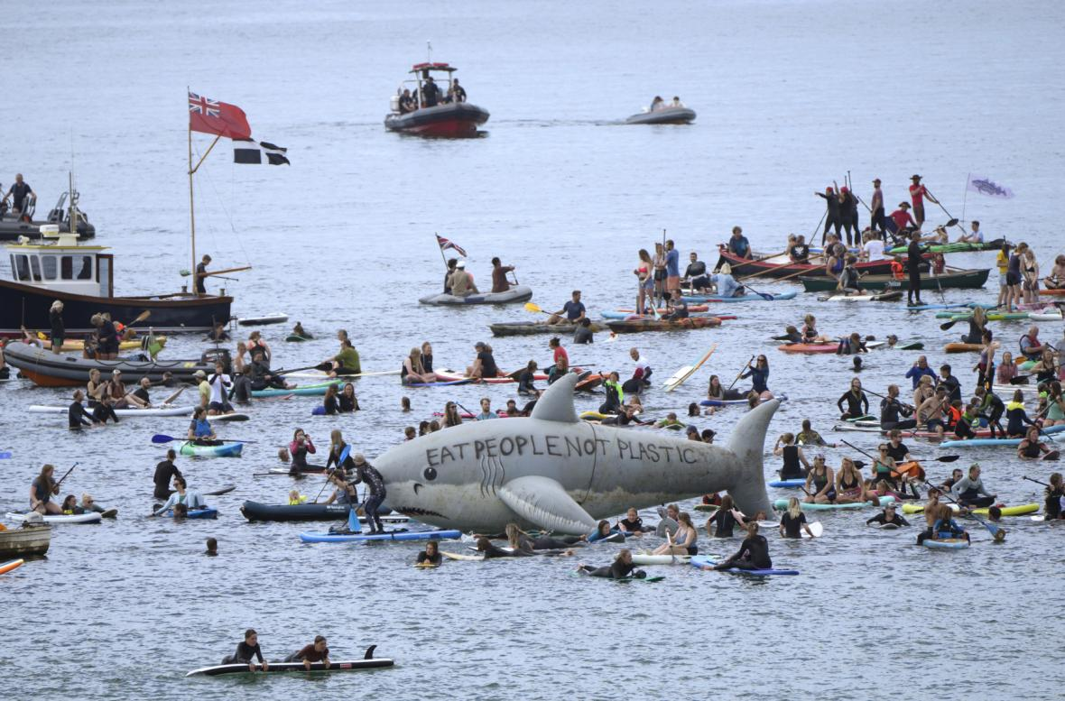 Lidé protestovali také na moři u pláže Gyllyngvase ve městě Falmouth