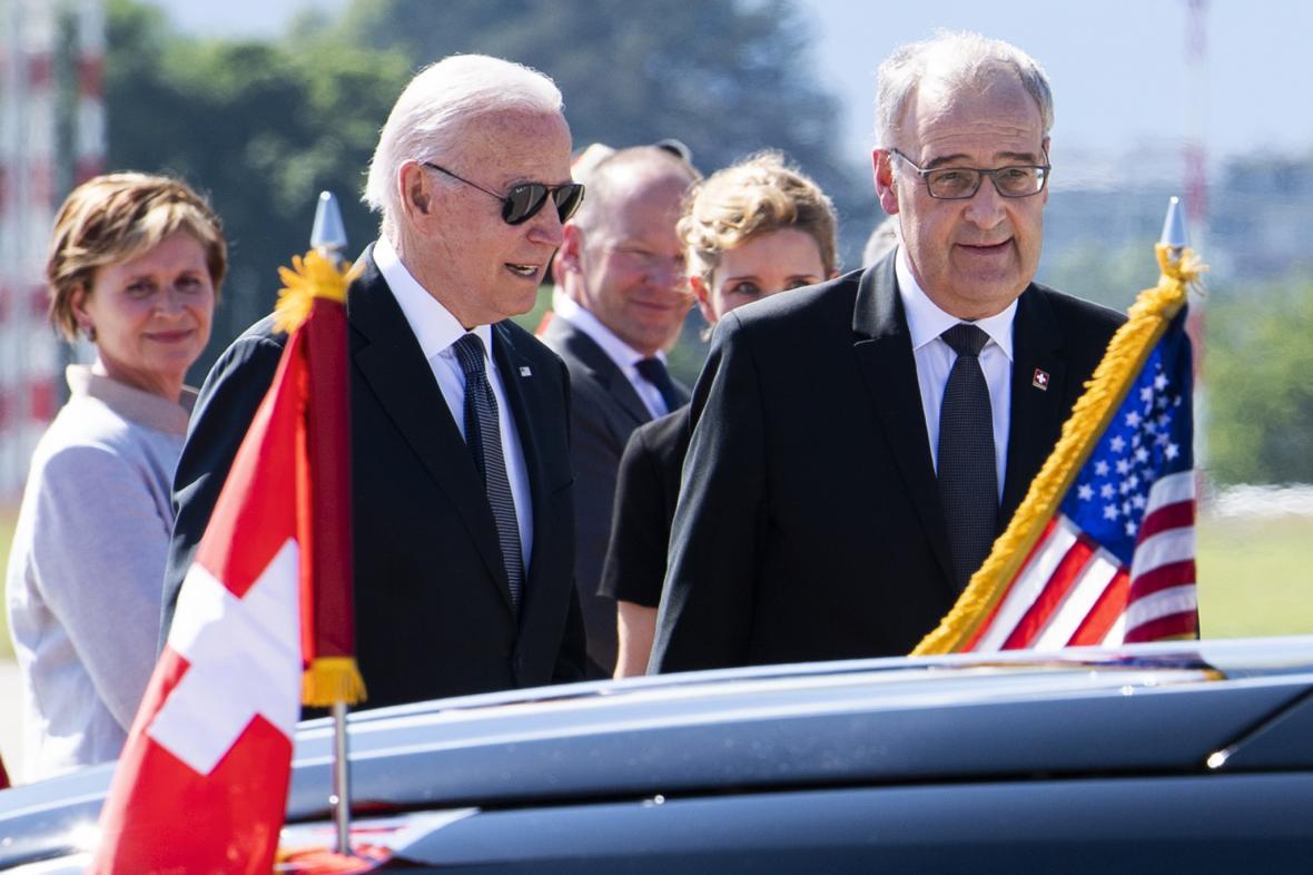 Joe Biden po příletu do Švýcarska s tamním prezidentem Guyem Parmelinem