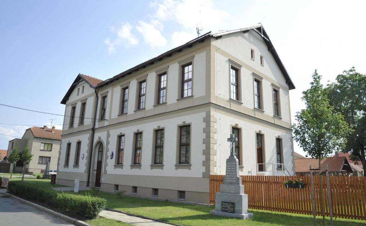 Zrekonstruovaná základní škola v Hruškách v roce 2018