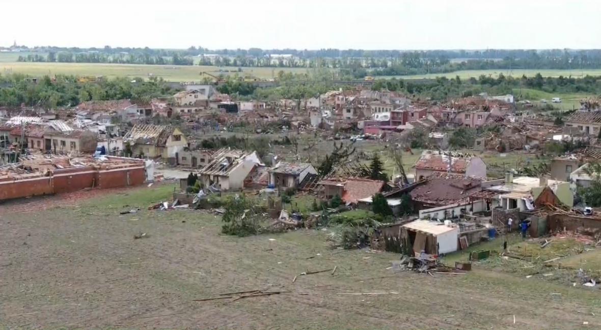 Letecké záběry tornádem zničené obce Hrušky na jihu Moravy