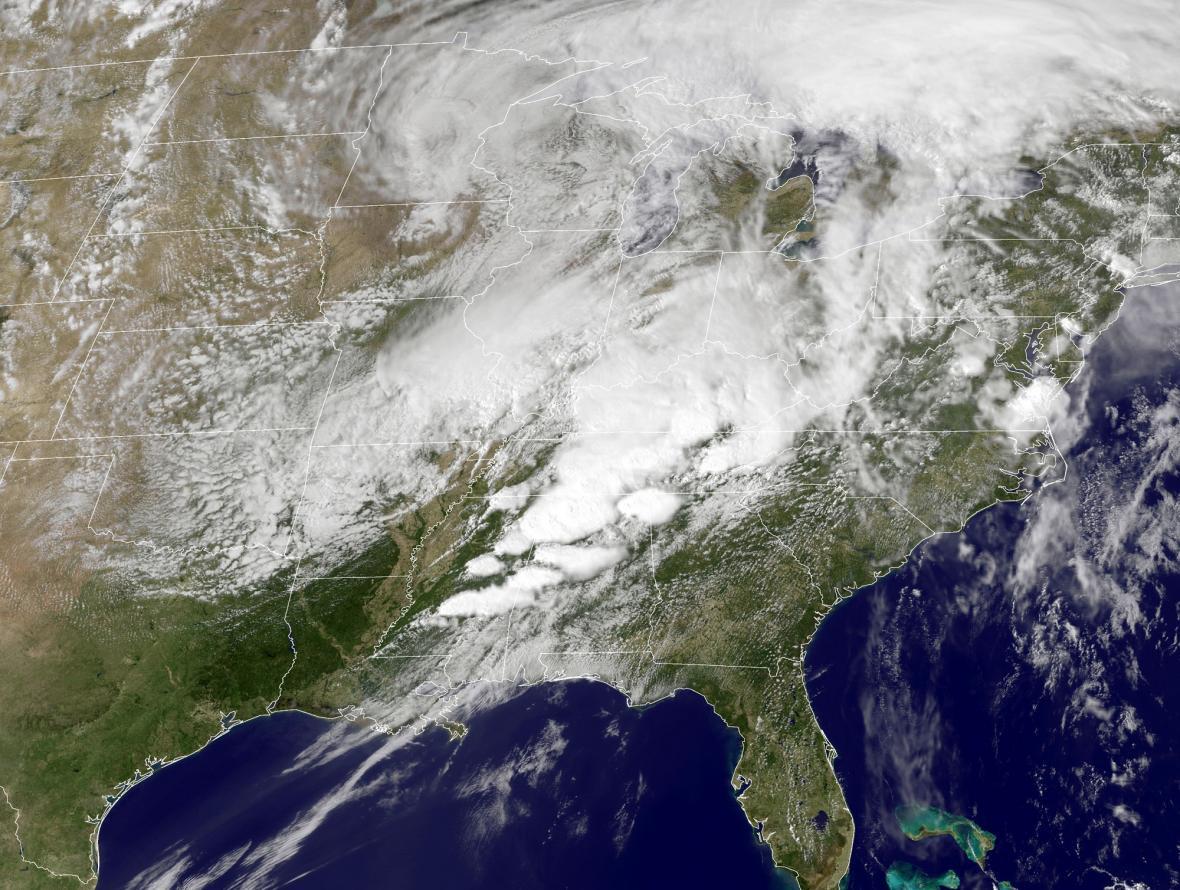 Roj tornád roku 2011 ze satelitu