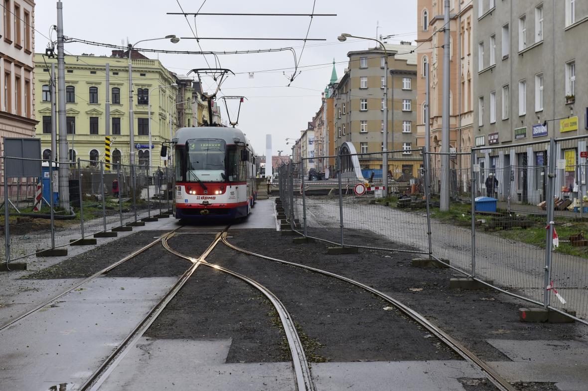 Provizorní konečná zastávka v centru Olomouce u nově budovaného mostu