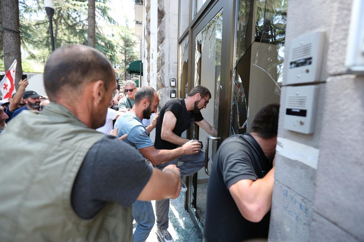 Demonstranti vnikli do kanceláří organizátorů tbiliského pochodu za práva sexuálních menšin