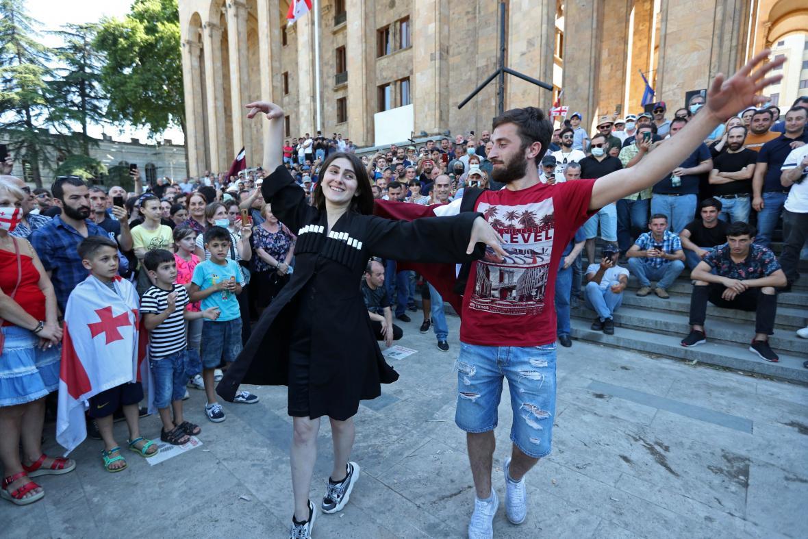 Lidé před parlamentem v Tbilisi slaví odvolání pochodu za práva sexuálních menšin