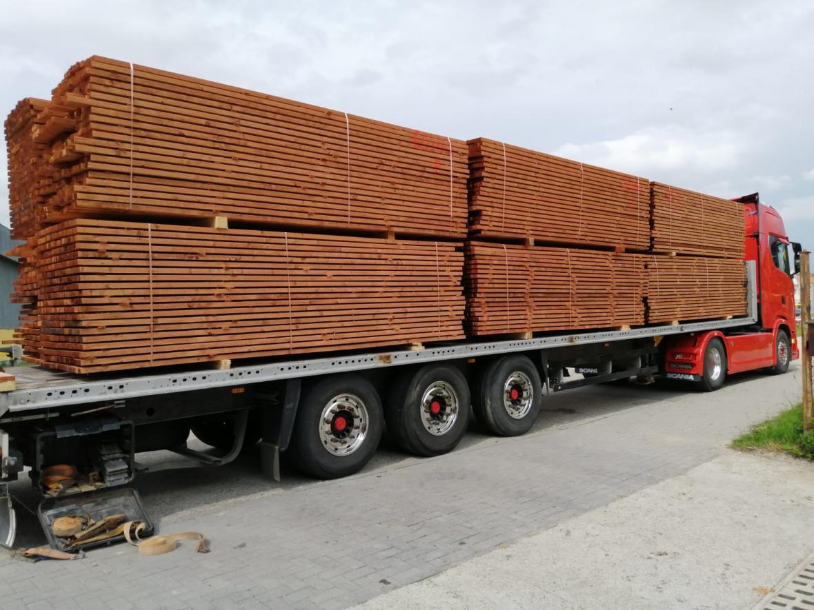 Kamion se dřevem míří do tornádem postižených obcí