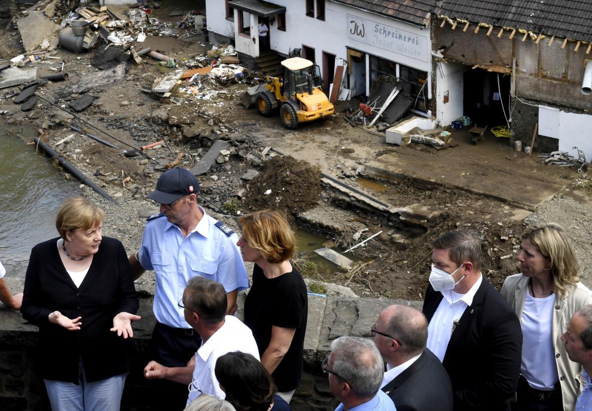 Německá kancléřka Merkelová na místě záplav v Porýní-Falci