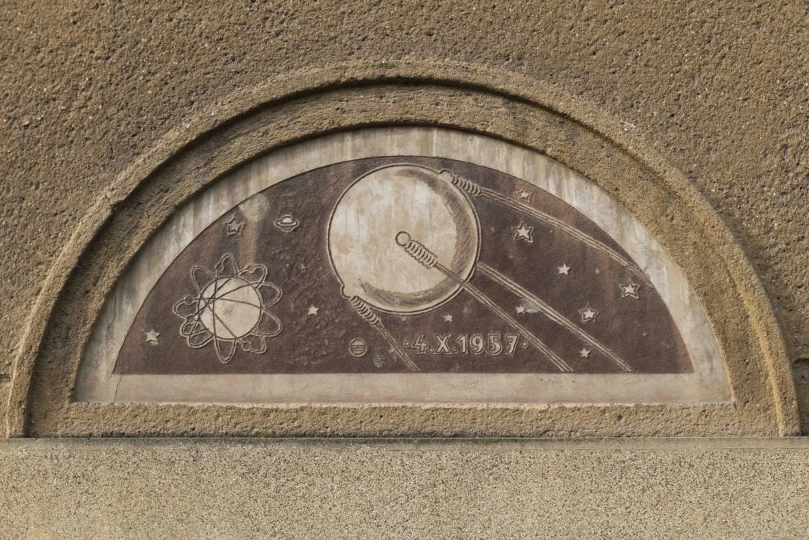 Domovní znamení se Sputnikem v Brně-Žabovřeskách