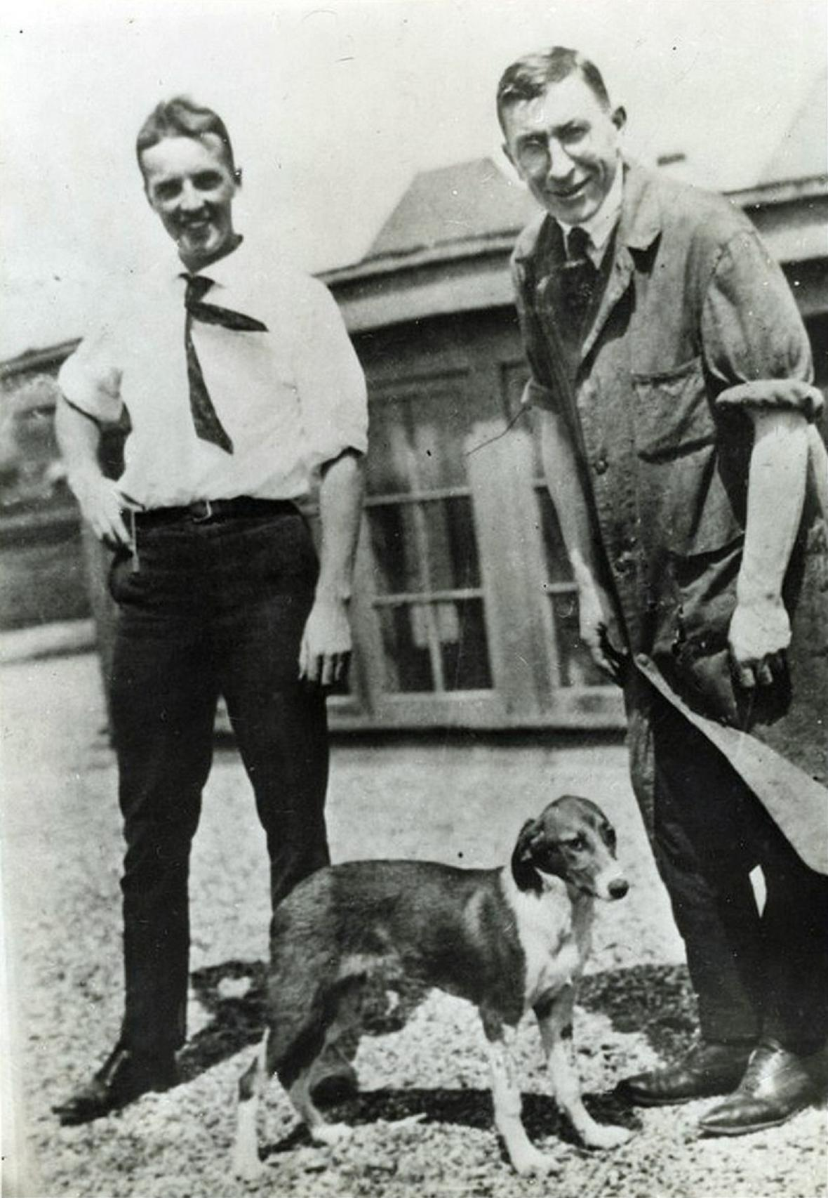Dr. Charles Best (nalevo) a Sir Frederick Banting (vpravo)
