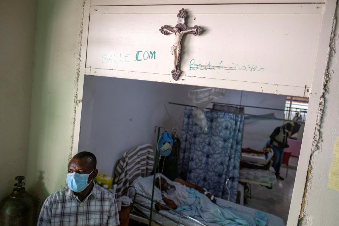 Pacient nakažený nemocí covid-19 v nemocnici v Port-au-Prince
