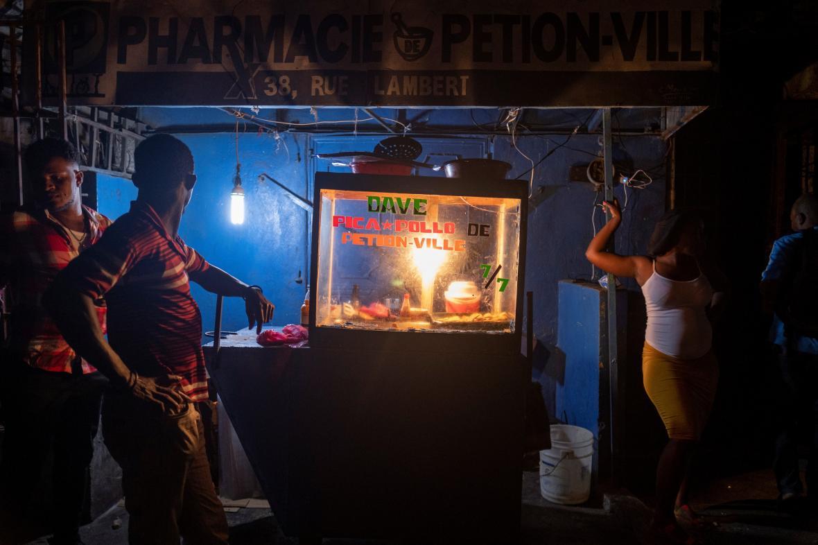 Stánek se smaženým kuřetem v ulicích Port-au-Prince