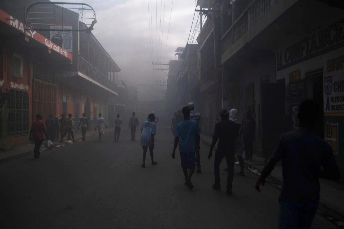 Ulice haitského města Cap-Haitien zaplnil po protestech po vraždě prezidenta Moïseho kouř z hořících pneumatik
