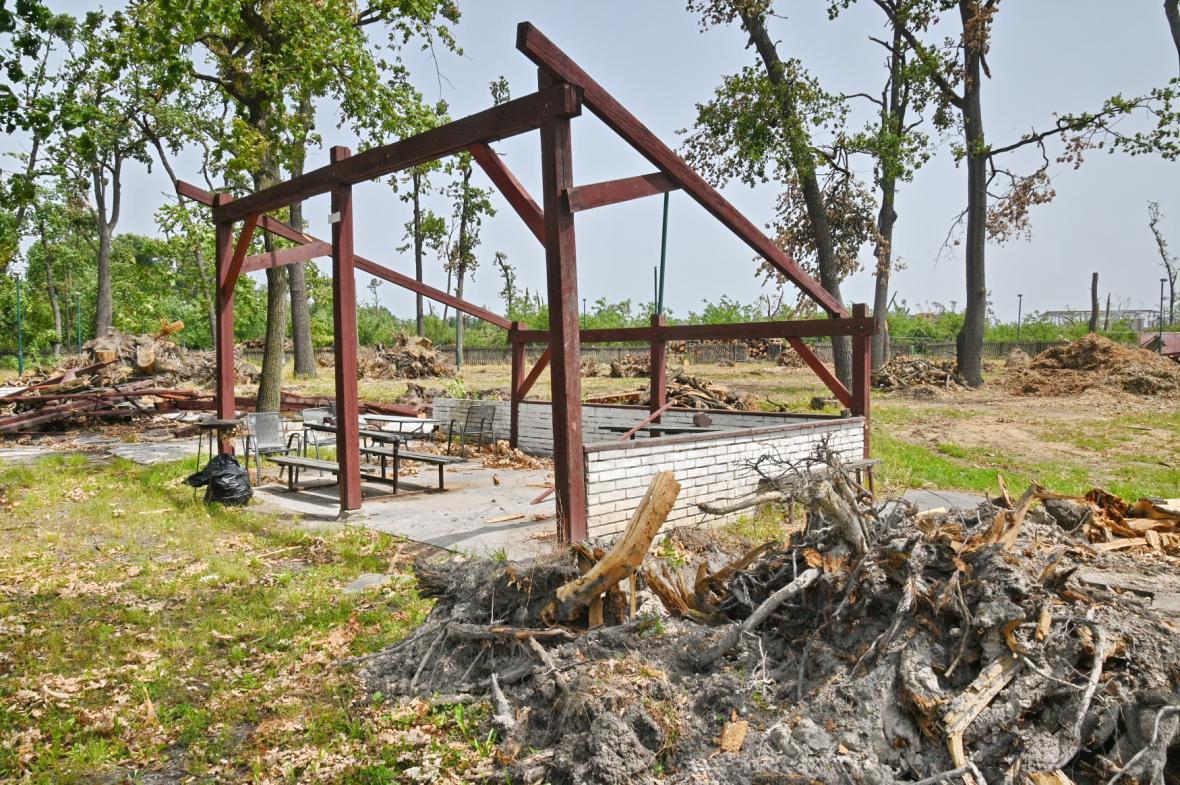 Poničené místo, které sloužilo dětským hrám (snímek je z 13. července)