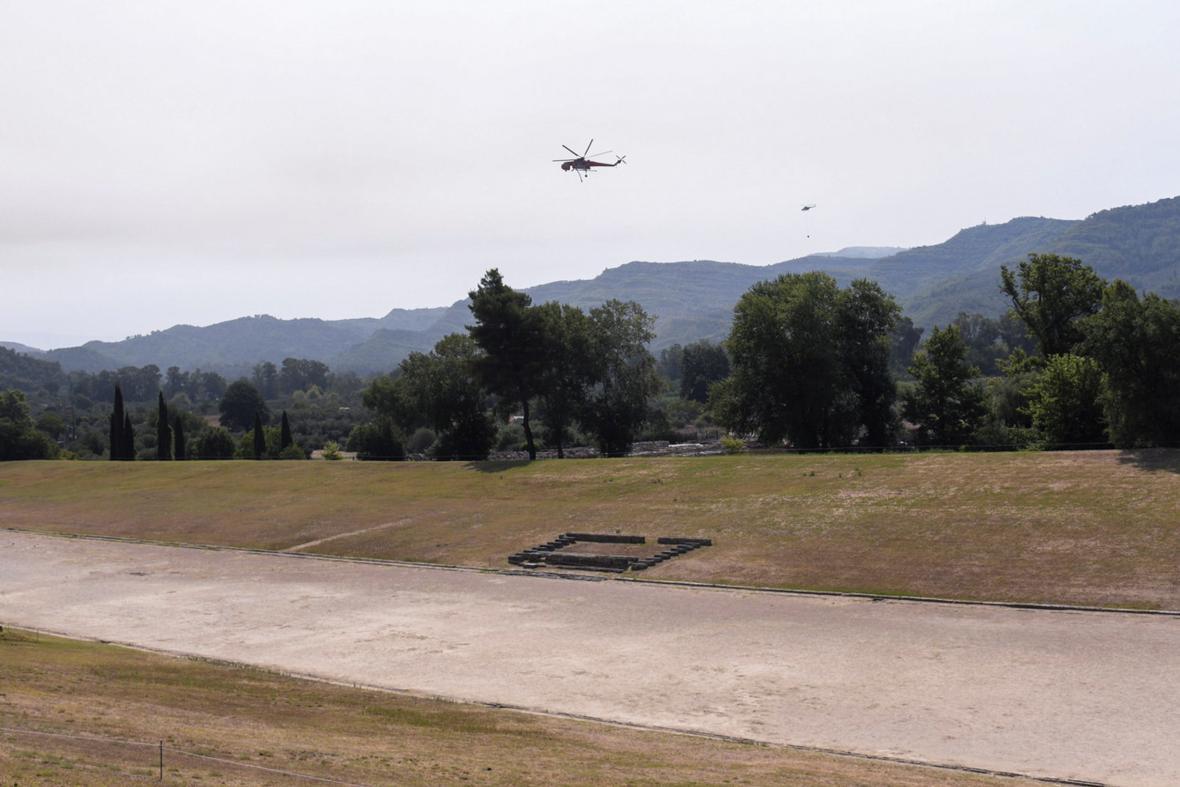 Hasičský vrtulník nad stadionem ve starověké Olympii