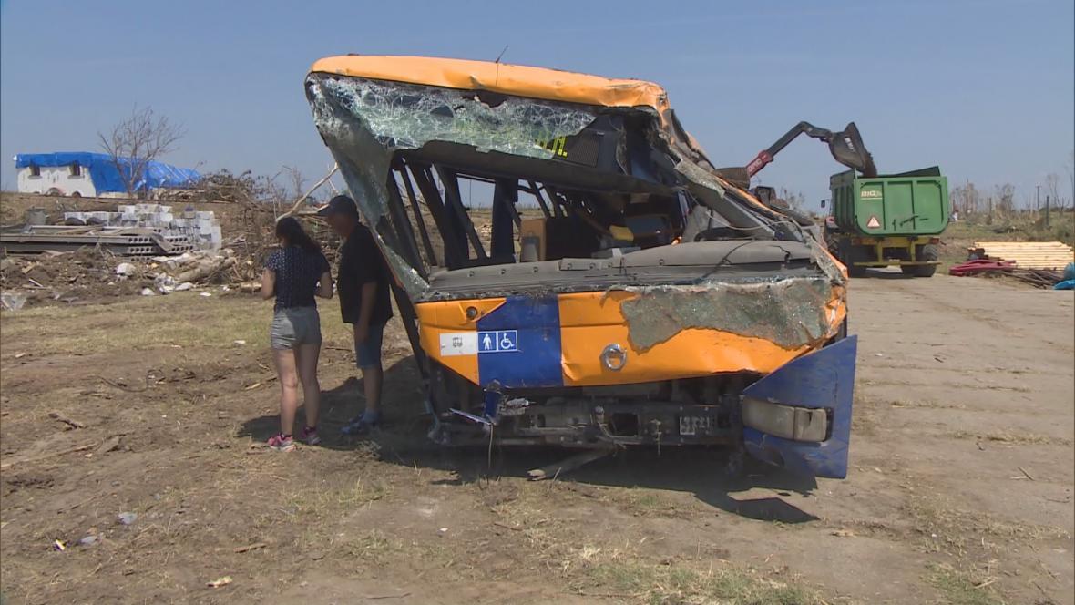 Když tornádo udeřilo, cestovala Silvie autobusem