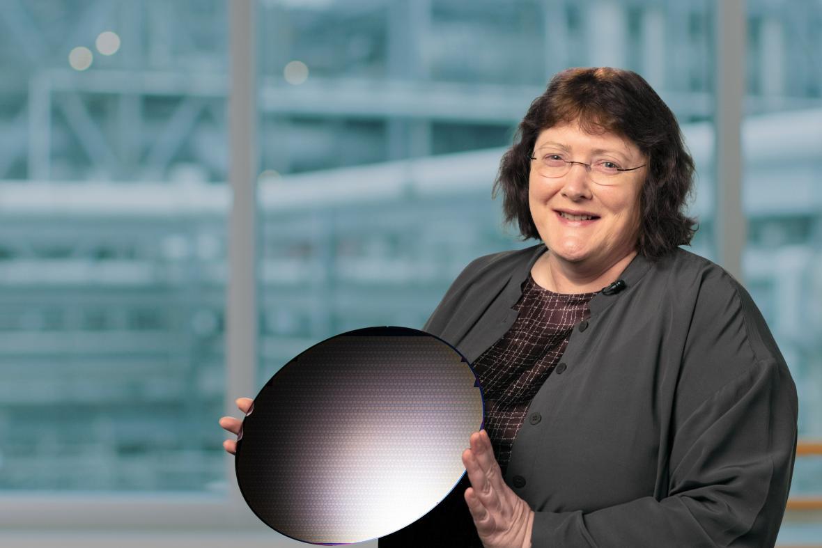 Ředitelka technologického vývoje společnosti Intel Ann B. Kelleher se silikonovým plátem čipů
