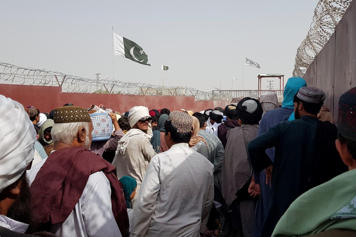 Afghánci na hranici s Pákistánem