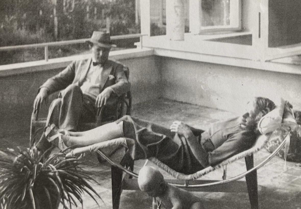 Maminka s tatínkem na terase jejich domu (1946)