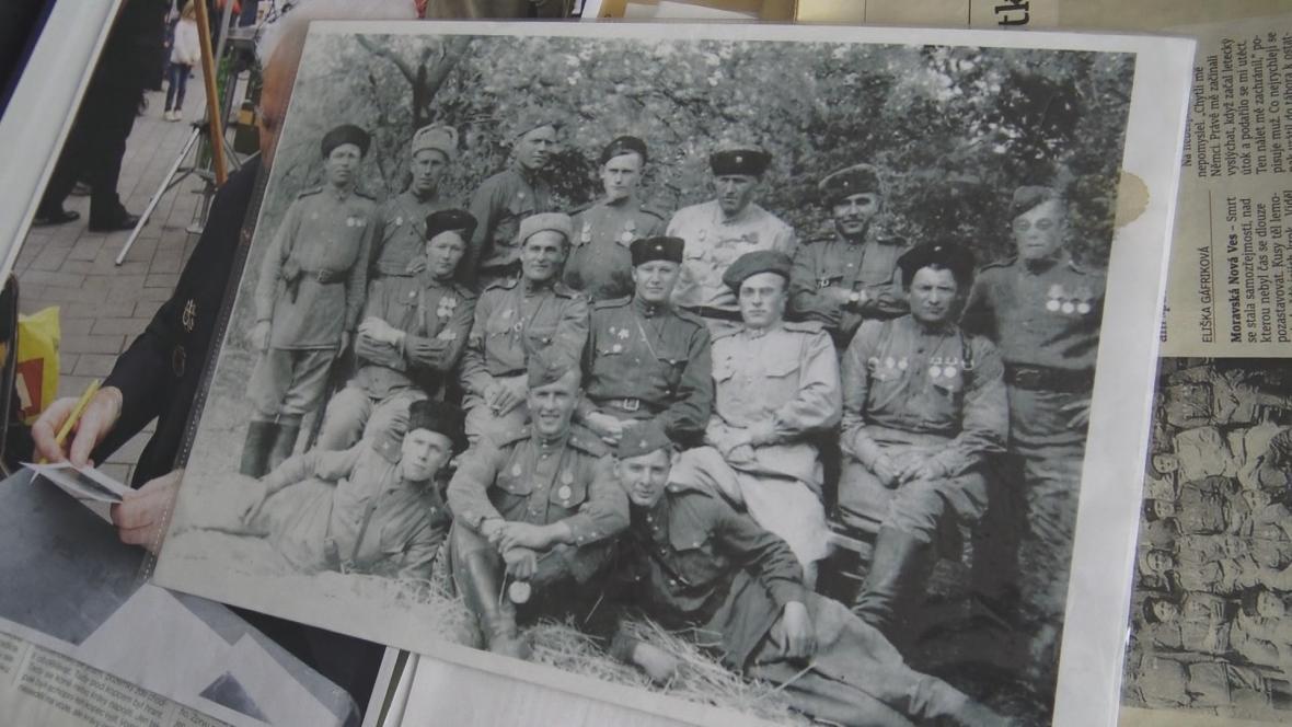 Ján Novenko (vpravo dole) s jednotkou