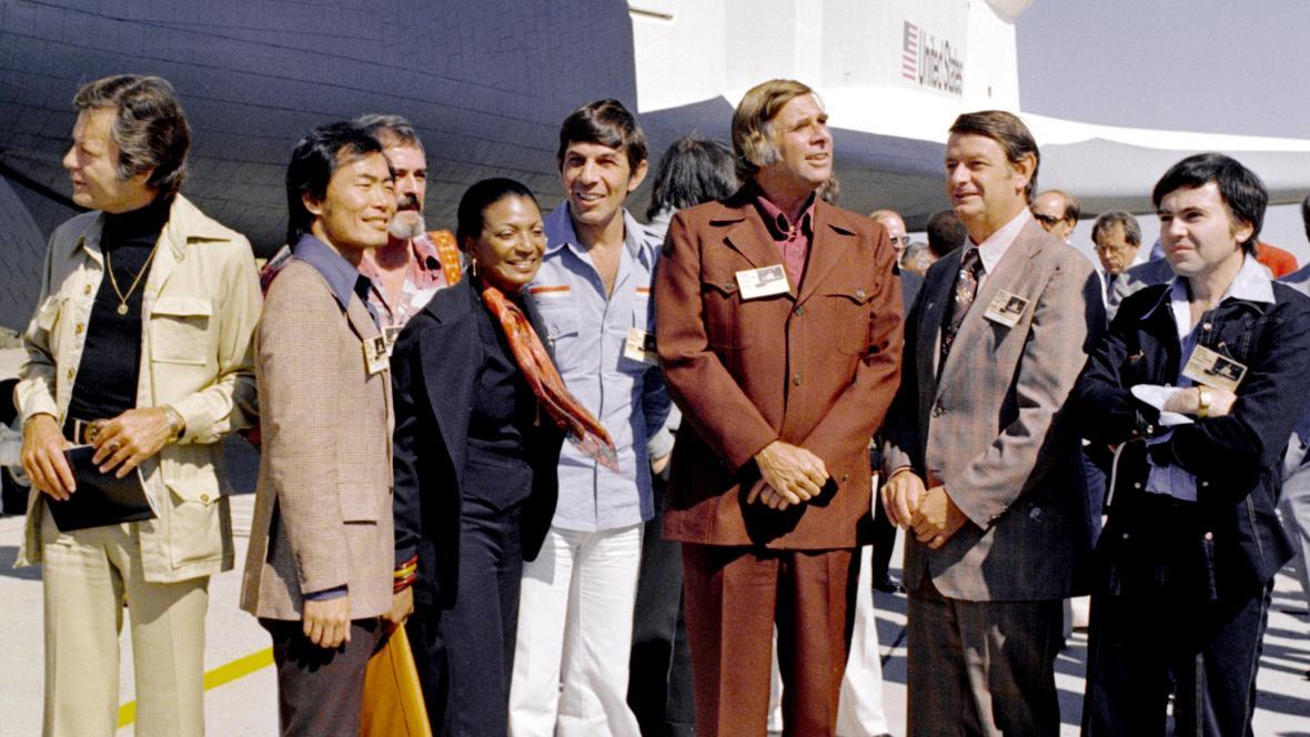 Posádka seriálové Enterprise u opravdového raketoplánu Enterprise. Rodenberry je uprostřed v hnědém saku