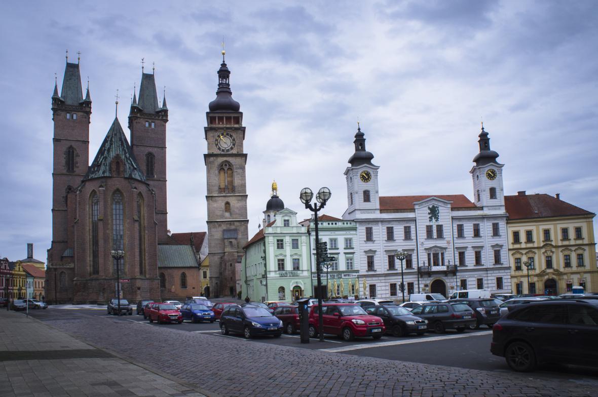 Hradecké Velké náměstí s Bílou věží