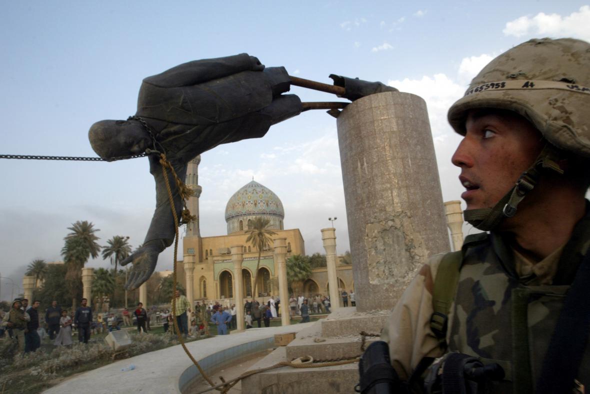 Stržená socha Saddáma Husajna v Bagdádu. Vrcholí krátký optimismus ohledně vítězného pochodu demokracie
