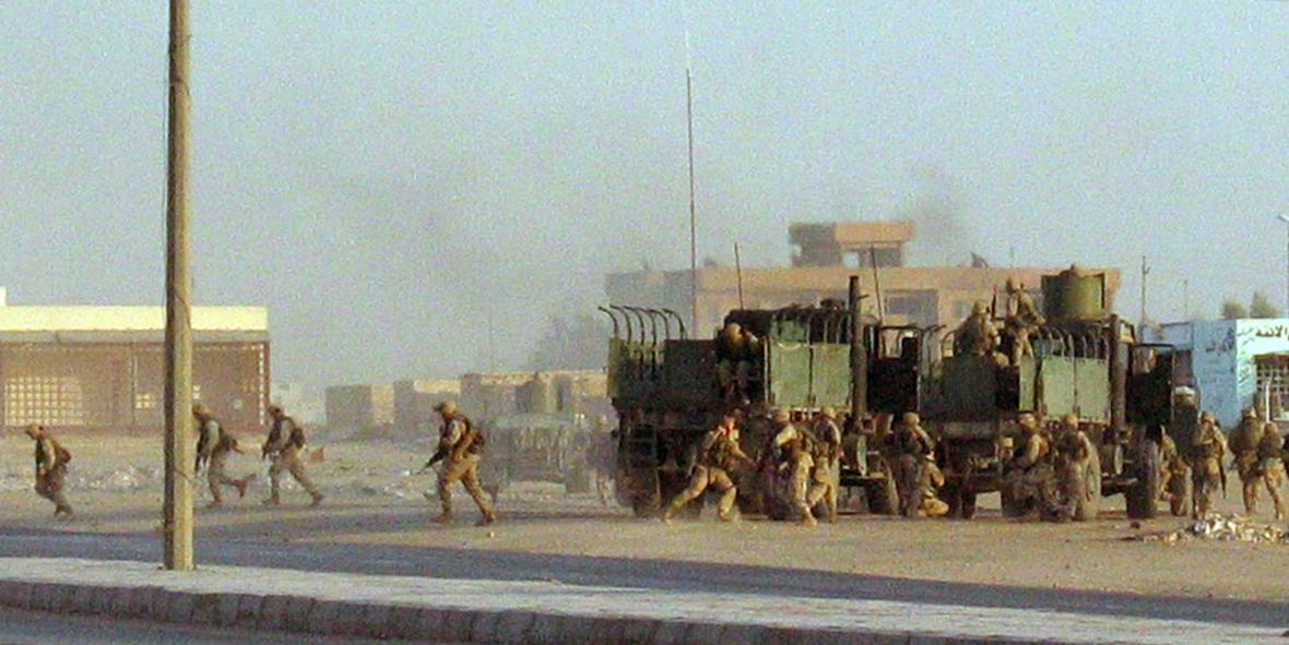 Americká námořní pěchota v bojích v iráckém Nadžafu, srpen 2004 Sen o rychlé pacifikaci Iráku se rozplývá