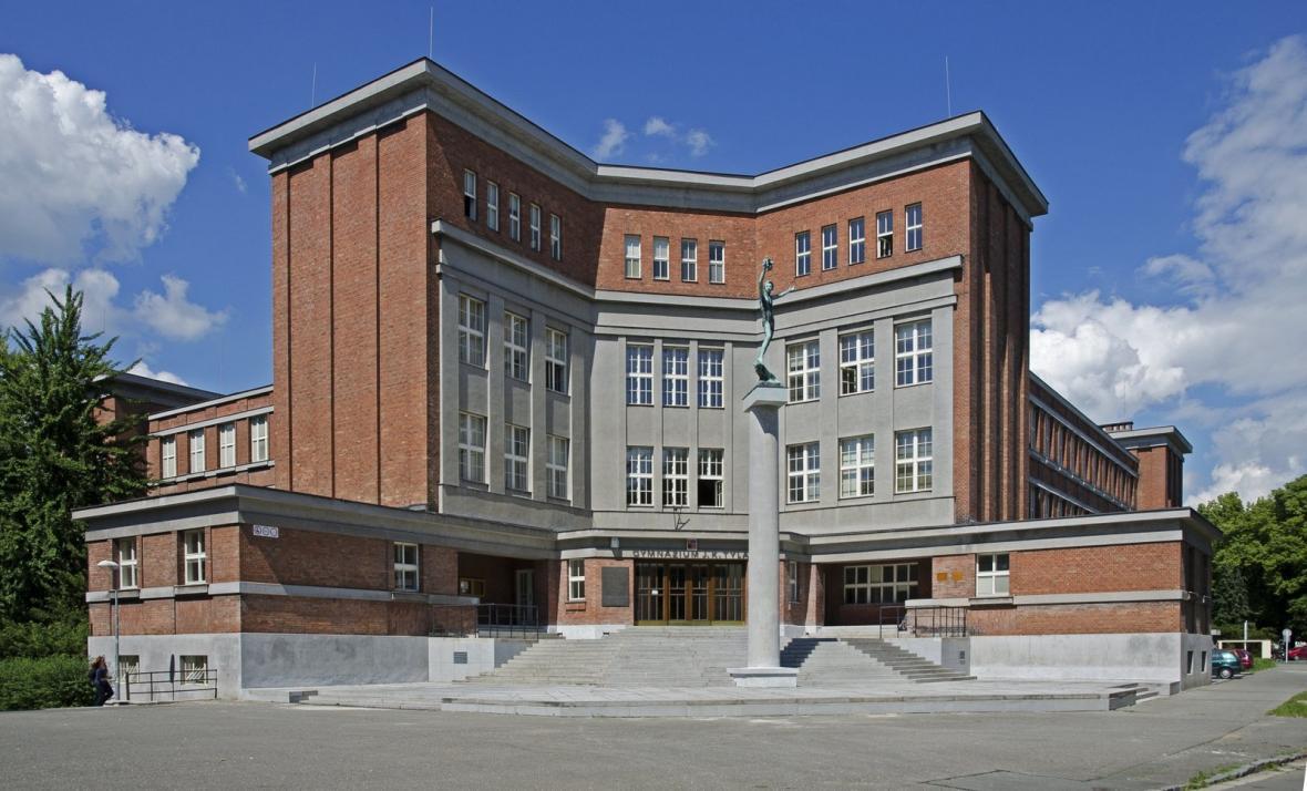 Rašínovo státní gymnázium a vila ředitele (architekt: Josef Gočár, 1925–27)
