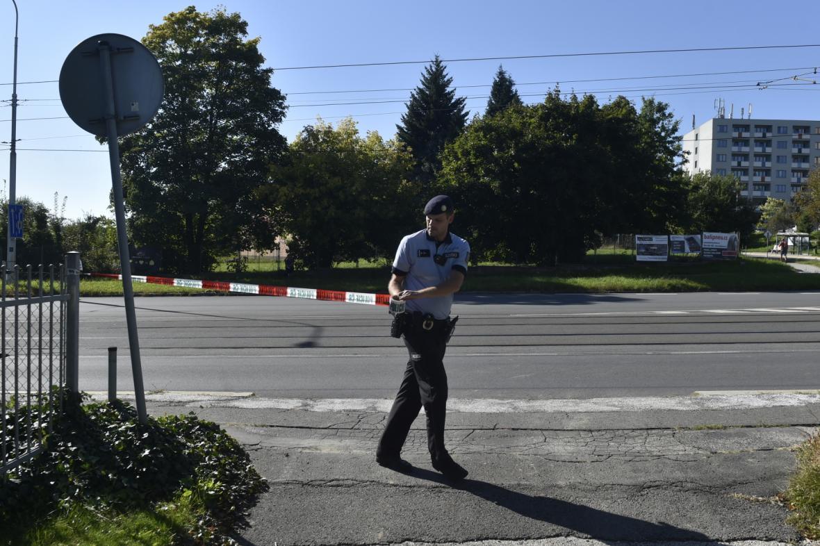 Policista ohraničuje uzavřenou část Poruby páskou