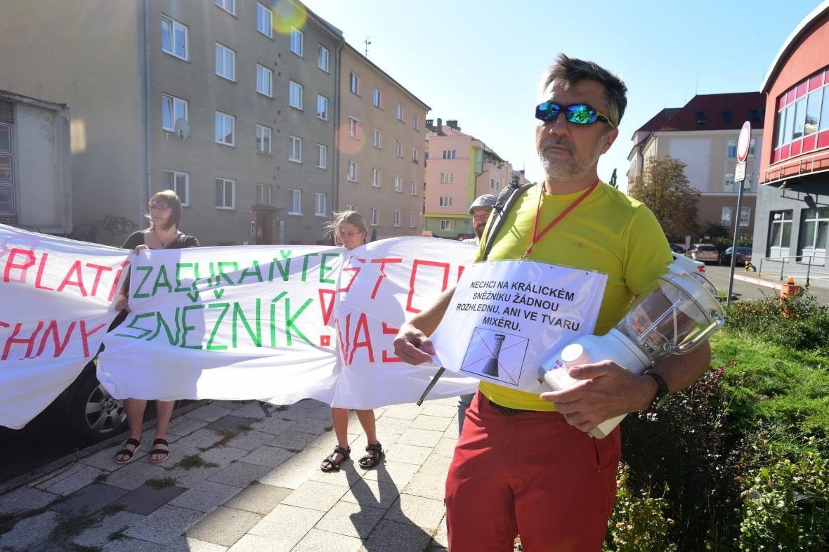 Zástupci ekologických organizací protestují proti stavbě rozhledny před zasedáním komise